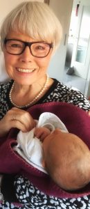 Oma Evelin und ihr Enkelkind Enya