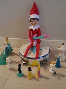 Julenissen beim Musizieren