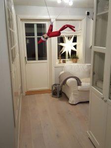 Julenissen hängt im Weg