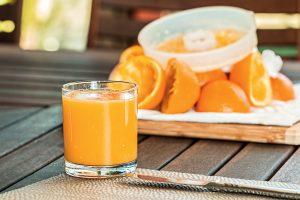 Frischer O-Saft für das Frühstück mit Lebendiger Familienzeit