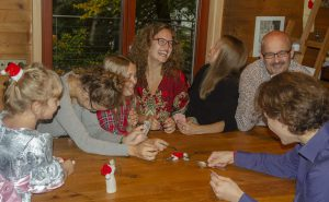 lebendige Familienzeit beim Spielen in der Großfamilie